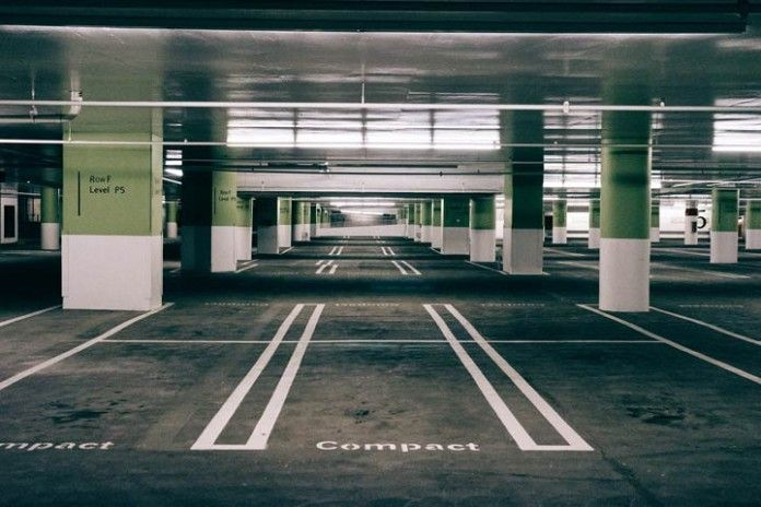 Parking subterraneo vacio.