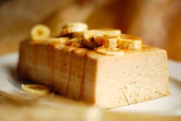 Банановая запеканка с йогуртом 🍌 #десерты #tasty  Ингредиенты:  Бананы — 4-5 шт. Творог — 400 г Йогурт — 200 мл Яйцо — 2 шт. Специи — корица, ваниль  Приготовление:  Творог, йогурт и яйца взбейте в блендере до получения однородной массы. Йогурт должен быть питьевой, десерты со стаканчиков не подходят. Желательно, чтобы в в нем не было добавок, только чистая кисломолочная закваска. Должна получиться сметанообразная жидкость. Добавьте в полученную массу половину чайной ложки корицы и ваниль…
