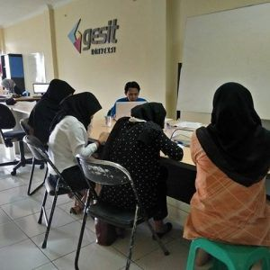 Lowongan Kerja Bagian CS Gesit Konveksi 1. Muslimah (berjilbab) 2. Berpenampilan menarik dan pandai berkomunikasi dengan baik 3. Belum menikah Usia 21-29 info 085227400400