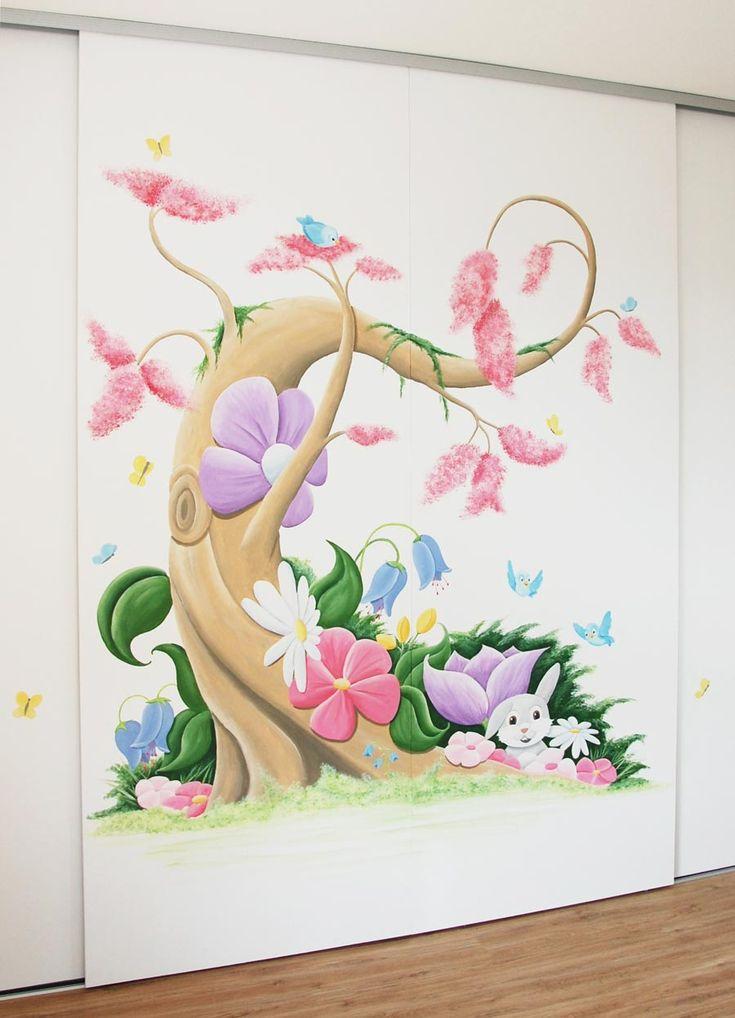 Boom muurschildering in Disney stijl met veel roze, bloemen, vogels en vlinders voor een meisje.  Fantasy tree mural painting for a girl