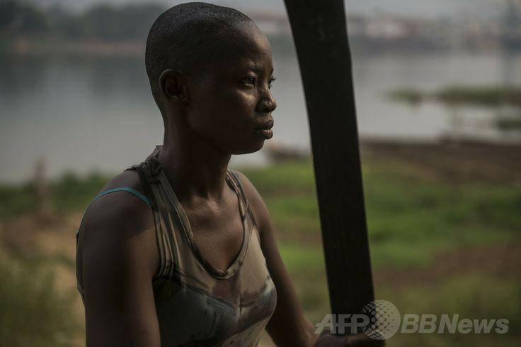 中央アフリカの首都バンギ(Bangui)のモンキー島(Monkey Island)でポーズを取る女性自警団「アマゾネス(Amazons)」のメンバー(2014年2月21日撮影)。(c)AFP/FRED DUFOUR ▼1Apr2014AFP 「アマゾネス」、紛争の中央アフリカで島を守る女性自警団 http://www.afpbb.com/articles/-/3010739 #CentralAfricanRepublic #CAR #Centrafricaine #Bangui #MonkeyIsland #Amazons