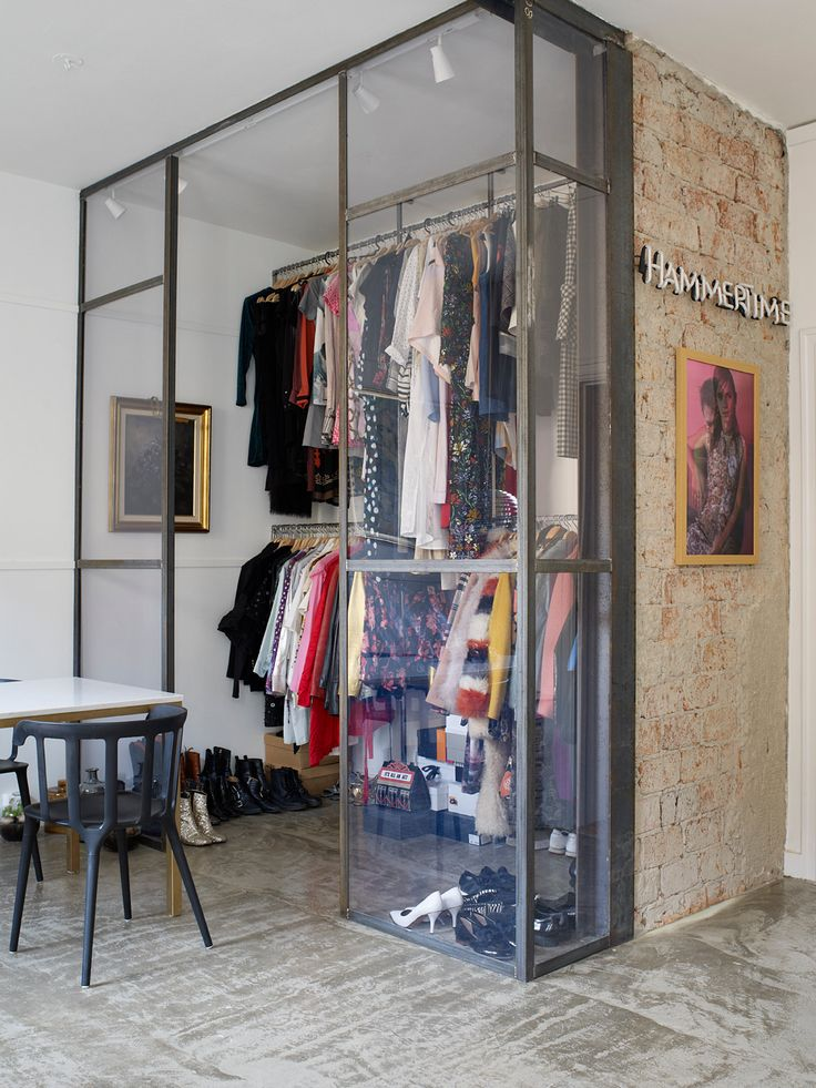 Den industrielle garderoben har Helene designet sammen med butikken F5. De fine plaggene blir en del av interiøret. Lysskiltet er en gave til Helene fra kjæresten, og bildet på veggen er et impulskjøp. Foto: Birgit Fauske