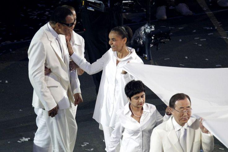 """C'è anche il 'Piu' Grande, l'ex campione del mondo dei pesi massimi Muhammad Ali, tra le personalità scese sulla pista dello stadio Olimpico di Londra per portare la bandiera olimpica nella parte finale della cerimonia per l'accensione del tripode, dopo che la Regina ha dichiarato """"aperti"""" i Giochi di Londra 2012. Quando lo speaker ha pronunciato il suo nome c'è stato un boato fra il pubblico, e poi tanti applausi per il re della boxe che è apparso provato dalla malattia"""