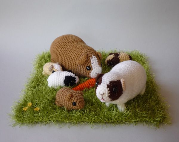 Crochet piggy run by LunasCrafts.deviantart.com. Super cute!