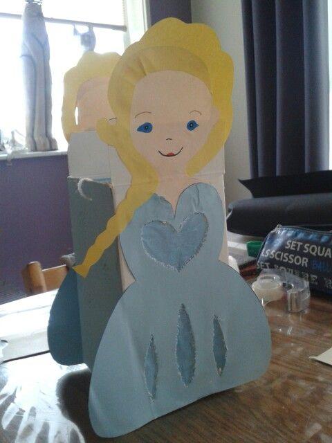 Elsa (van frozen) lampion gemaakt. Kon geen voorbeeld vinden dus zelf bedacht en uitgevoerd.