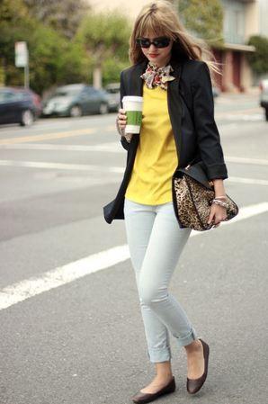 黒ブレザージャケットと黄色インナーのコーディネート