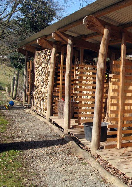Brennholzschuppen aus Robinienholz.