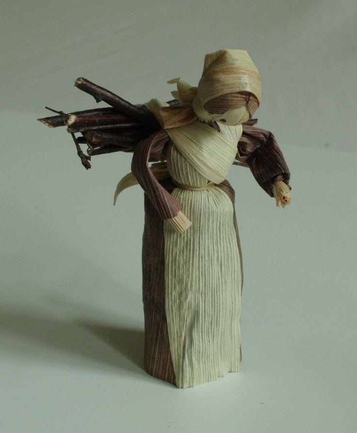 """""""Panenka s chroštím"""" - panenka z kukuřičného šustí Interiérová dekorace v přírodních barvách - panenka z kukuřičného šustí. Panenka má na zádech uvázánu otep chroští. Jde o ruční práci, každá panenka má trochu jiný pohyb. Liší se v detailech i v barvách šatiček. Tyto panenky se dají použít i do betlému jako darovnice. Výška stojící figurky je 15 - 16 cm."""