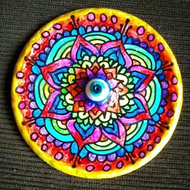 from @hamsa_dasa -  Porta incenso #groschkearte #portaincenso #mandalamaze #mandalala #mandala #incenso #linhatorta #artwork #arte #artesanato  #art #artezen #customize #reciclagem #cd #artereciclada #olhogrego  #artzen #artist #artista #pintura #sharpie #desenho #doodle #artdoodle #sustentável #style #bomdia #boatarde