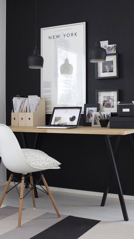 Quelle belle alliance que celle du noir et du pin pour un bureau élégant !