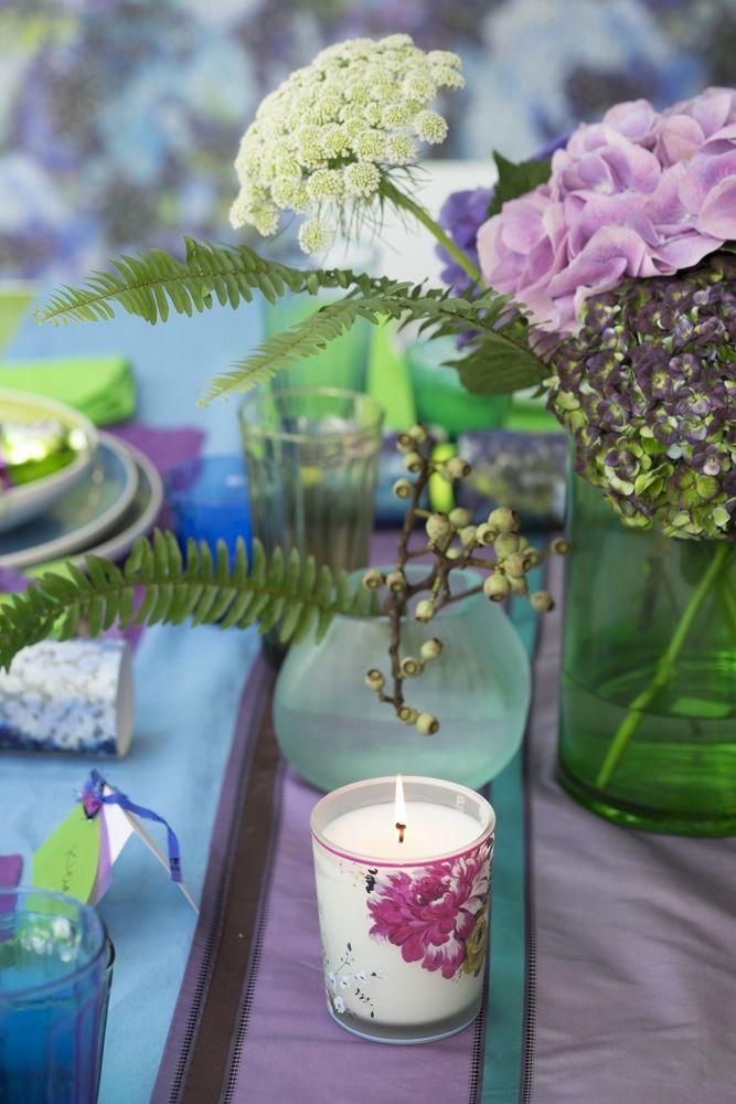 le-noel-coloré-de-tricia-guild-table-fleurs-et-bougie