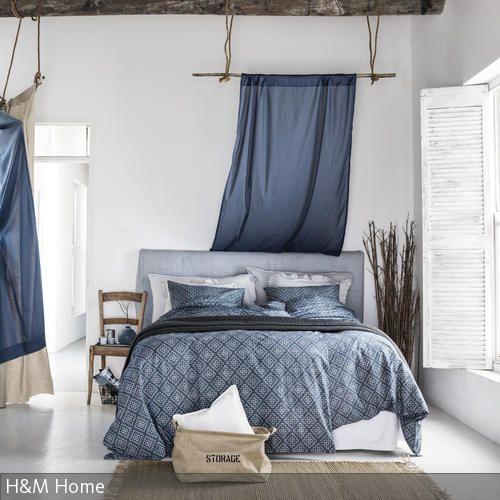 Das Schlafzimmer erhält seinen maritimen Look vor allem durch die blau gemusterte Bettwäsche in Kombination mit den natürlichen Möbeln. Ein besonderer  …