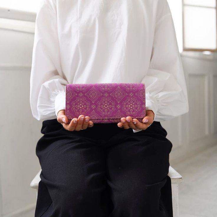 . . パープルはお上品な仕上がり 落ち着いた女性がもっていそうなイメージですね . . #isuru #isurujapon #urushi #japan #wallet #purple #leather #beautiful  #emono #イスル #漆 #日本 #レース #がま口 #パープル #革小物 #エレガント #プレゼント #お祝い #伝統技法 #林吾