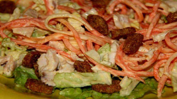 Ингредиенты: Курица копченая-350 грамм (мякоть) Морковь по-корейски-250 грамм Капуста свежая-250 грамм Майонез-150 грамм Сухари-35 грамм Способ приготовления: Морковку смешать с нашинкованной капустой. Мякоть курицы нарезать небольшими кусочками. Смешать в емкости курицу, морковку с капустой и заправить майонезом. Салат переложить в блюдо и украсить сверху сухарями. Приятного аппетита