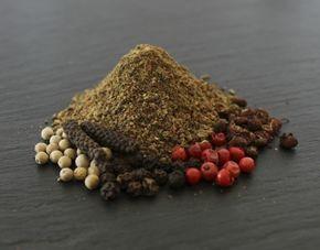 Mittelalter Pfeffer wurde einst im 13. Jhr. von einem französischen Koch am Königshof für für ein Gericht nach der königlichen Jagd entwickelt. Zutaten: Lang Pfeffer, weisser Pfeffer, grüner Pfeffer, schwarzer Pfeffer, rosa Pfeffer, Szechuan Pfeffer, Kubebenpfeffer #gewuerz #gewürz #gewuerzmischung #gewürzmischung #handmade #swissmade #homemade #food #cooking #geschenk #health #flavor #flavour #geschmack #tasty #flavorgod #delish #delicious #whitepepper #blackpepper #pinkpepper…
