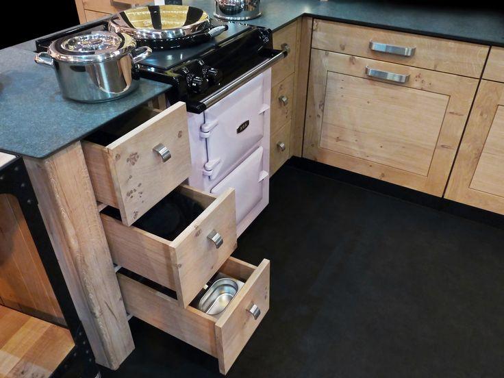 Atelier culinaire , cuisine chêne massif clair, cuisinière AGA City 60 rose, plan de travail granit Z black fashion, coffres à épices, bacs gastronormes