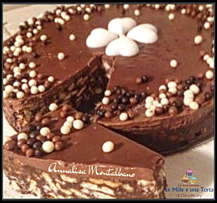 TORTA DI BISCOTTI SENZA COTTURA RICETTA DI: ANNALISA MONTALBANO Ingredienti: 500 g di biscotti secchi Granella di nocciole q.b 200 g zucchero