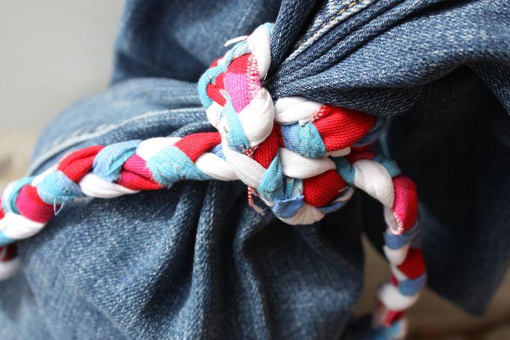 Dörrstopp med stil Jeans är ett snyggt och bra material i de flesta sömnadsprojekt. Som dörrstopp fungerar det perfekt! Snygg detalj att göra en enkel knut med grovt rep/tygremsa. Enklare kan det väl inte bli? Sy en enkel påse av önskat tyg, gärna ett tåligt tyg, fyll med stenar och knyt ihop. Inspiration tagen från …