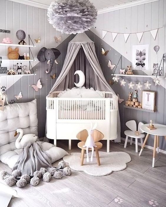 Babyraum mit Pastellrosa-Anmerkung und einem Betth…