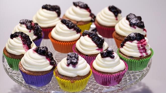 Rood fruit-cupcakes met roomkaas - Rudolph's Bakery | 24Kitchen