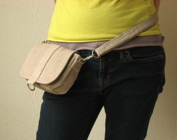 Bolsa sillín - hecho a mano en Inglaterra La bolsa de sillín es una bolsa pequeña, que es la última adición a la familia inconformista. Conserva las características del hipster original, versátil, pero con un toque de feminidad. Está diseñado para adaptarse a sus elementos esenciales tales como cartera, teléfono móvil, iPhone, cámara y llaves. También, usted puede utilizarlo para organizar objetos pequeños para que no se pierdan en su bolso. La bolsa de sillín es un gran tamaño para usar…