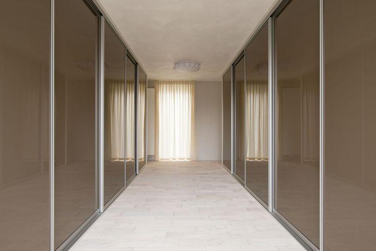 Walk in Closet. een inloop met deuren. Zo oogt het netjes opgeruimd!