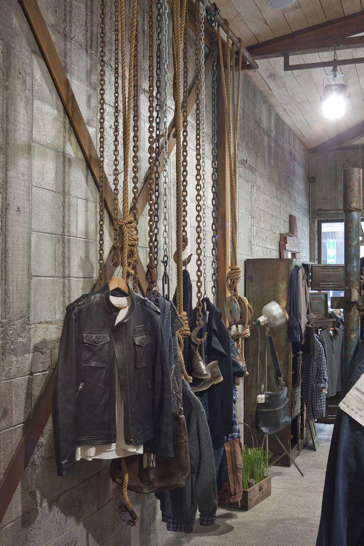 Tienda de ropa, con un toque antiguo debido a las cadenas, el tipo de iluminacion  y los colores utilizados. IV