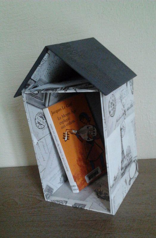 Cabane de lecture à poser près de sa tête de lit. Le toit, sur lequel on pose, ouvert, le livre en cours, sert de marque-page