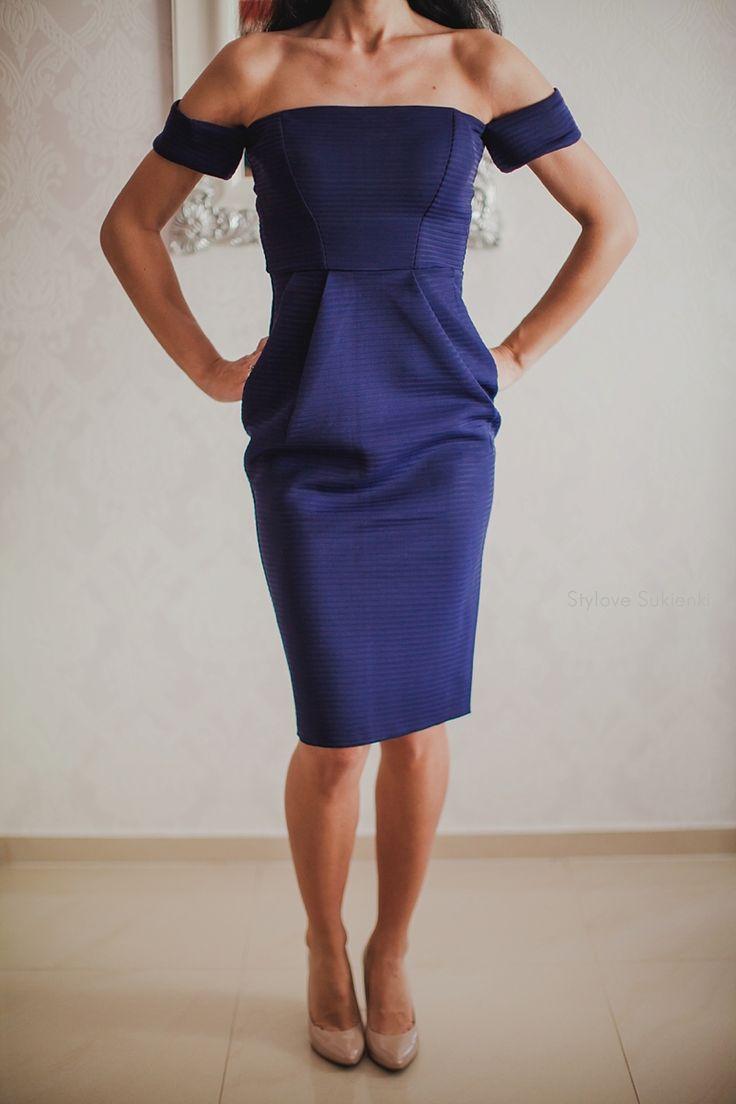 Dostępne różne rozmiary – wyjątkowa sukienka w modnym, granatowym kolorze – sztywny, neoprenowy materiał w poziome prążki, sprawia, że sukienka świetnie leży na figurze – arcyciekawe rękawki, które wspaniale eksponują całą linię ramion, robi to wyjątkowe wrażenie – dekolt gorsetowy kuszący i mega seksowny odsłania zarówno przód jak i tył – całość prezentuje się stylowo,