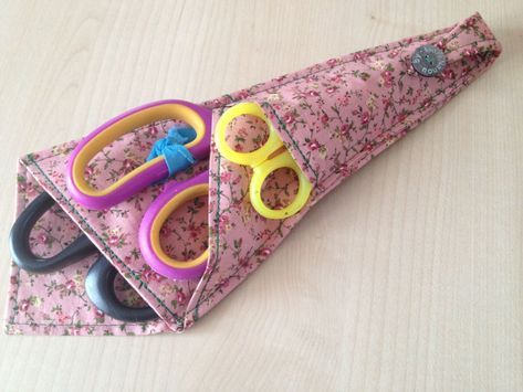 voici le tuto de la housse à ciseaux très facile à faire Le tuto est fait en 3 dimensions : en rouge : pour ciseaux de grande taille (environ 21 cm)…
