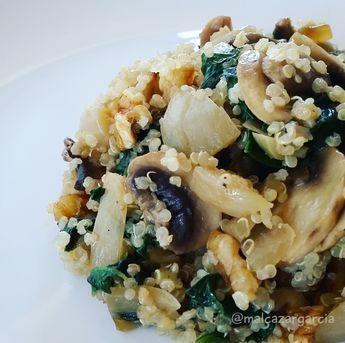 """Hoy traigo un plato vegetal muy nutritivo:Quinoa salteada con champiñones y espinacas, perfecto para empezar la semana con el conocido """"Lunes Sin Carne""""."""