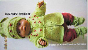 Baby born opskrifter 3 cm. Dejlig grøn trøje med hue og sokker med broderede blomster af en vinrød farve.