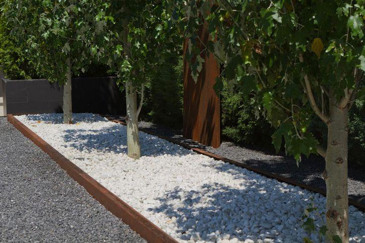 Jard n moderno marmolina blanca jardinera elevada de acero - Jardines con piedras blancas ...