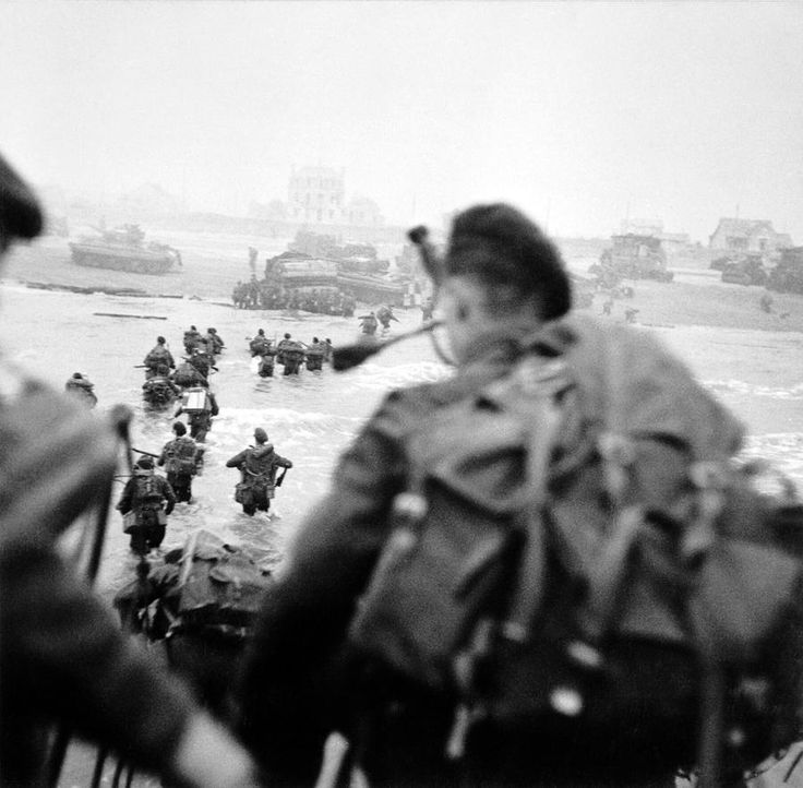 British commandos of the 1st Special Service Brigade land on Sword Beach, at Ouistreham. #WW2 #DDay71