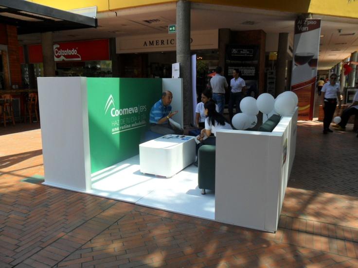 Stand evento publicitario Coomeva EPS en el centro comercial