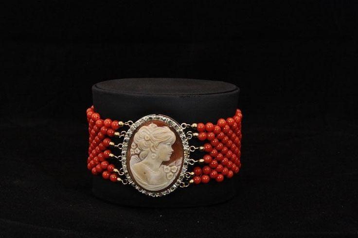 Bracciale con perle di corallo e particolare in cammeo