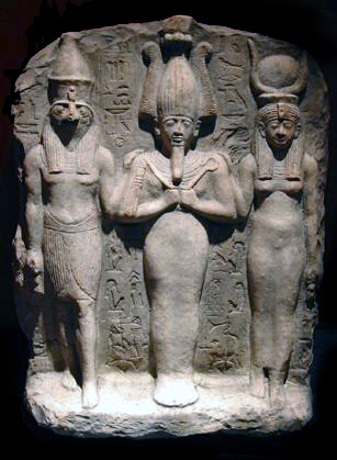 In order of appearance, from left to right: Horus; Osiris, Isis. - Dilettantessa