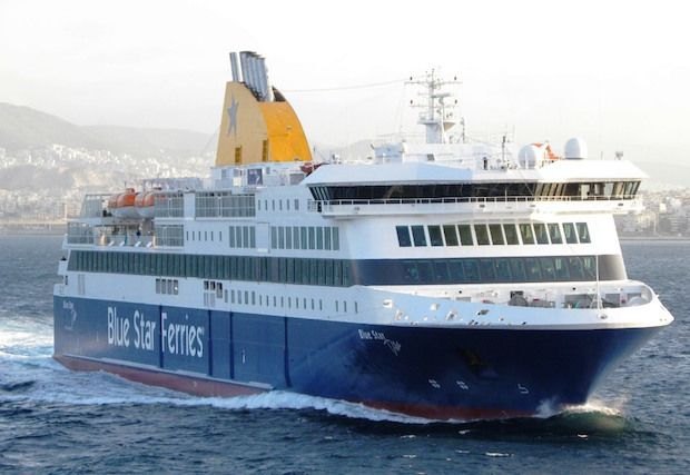 """To επιβατηγό οχηματαγωγό πλοίο """"Blue Star Delos"""" ήταν το πρώτο πλοίο που κατέπλευσε με την είσοδο του Νέου Έτους στο λιμάνι του Πειραιά. Δεν έκανε όμως μόνο ποδαρικό ως το πρώτο πλοίο σ…"""