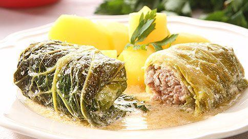 Závitky se dají dělat nejen z masa, ale i ze zeleniny. A pokud nejste zrovna vegetariáni, pochutnáte si stejně – tahle dobrota z kuchařky Anuše Kejřové je totiž z mletého masa v kapustovém listě.