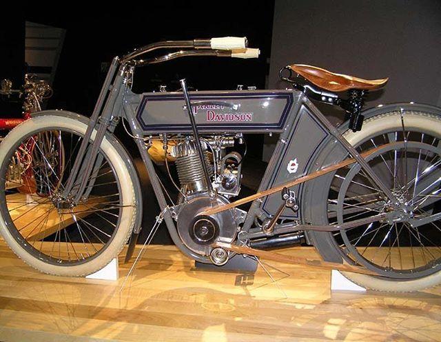 'Harley-Davidson modelo 7D año 1911// . . . Motor Company, a menudo abreviado comoH-DoHarley, es un fabricante de motos deEstados Unidoscon sede enMilwaukee, Wisconsin. Es considerada como una de las dos marcas emblemáticas de motocicletas deEstados Unidos(junto con su mayor competidorIndian Motorcycle Company). Esta compañía se dedica a fabricar motocicletas de gran tamaño y cilindrada, pensadas para ser conducidas en largas carreteras o autopistas a velocidades ampliamente…