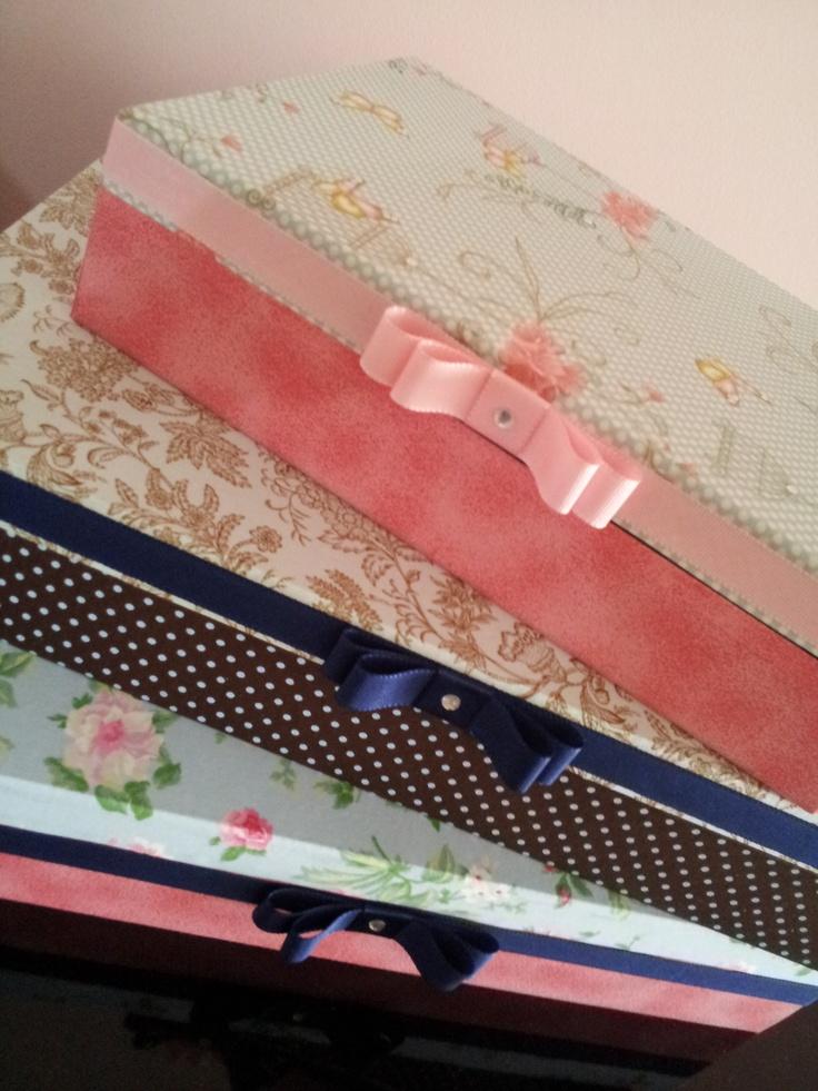 Caixas em mdf, forradas em tecido e acabamento com fita gorgurão.
