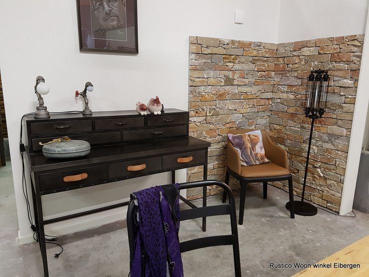 Zorg voor een eyecatcher, dus een verrassing in huis, waar de ogen direct op gericht zijn. Kies een mooie kast, een schilderij, een kamerplant of een bijzondere stoel, zoals de draaifauteuil van Rustico Mokana wonen.