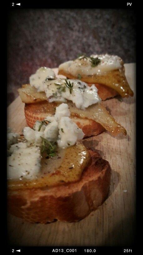 Pane tostato, miele di castagno, pera al timo e gorgonzola piccante.