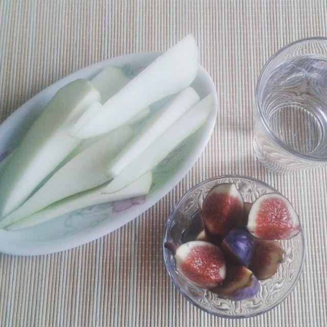 """Great snack  z našeho soudku """"Na cestě za krásou nám nepomůže jen makeup, ale i spolupráce se zdravým a vynikajícím jídlem""""  #healthyfood# #befabulous##health#fitness#healthylifestyle#lifestyle#food#instagram#figs#pears"""