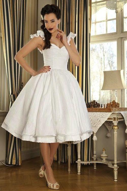 """Dolly Couture - """"Vestido con una falda de mucho vuelo y varias capas a modo de enagua en punto de algodón suizo. Escote drapeado en forma de corazón con tirantes con volantes. Vestido muy especial para una novia romántica de estilo Pin-Up."""""""