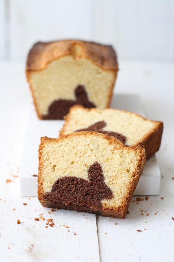 Leuke cake voor pasen.Het is erg makkelijk te maken. Je moet eerst een andere cake bakken en daar snijdt je die vormpjes uit. Die doe je in cake blik en je giet er nieuw cake beslag over. In de oven en klaar is kees!