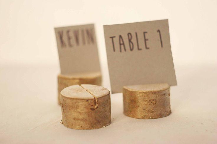 80 pièces rustiques Placez les détenteurs de noms de mariage, rustique bois Wedding table porte-cartes, arbre à feuilles caduques, porte-cartes, porte en bois avec écorce par SnakeInChest sur Etsy https://www.etsy.com/fr/listing/183662895/80-pieces-rustiques-placez-les