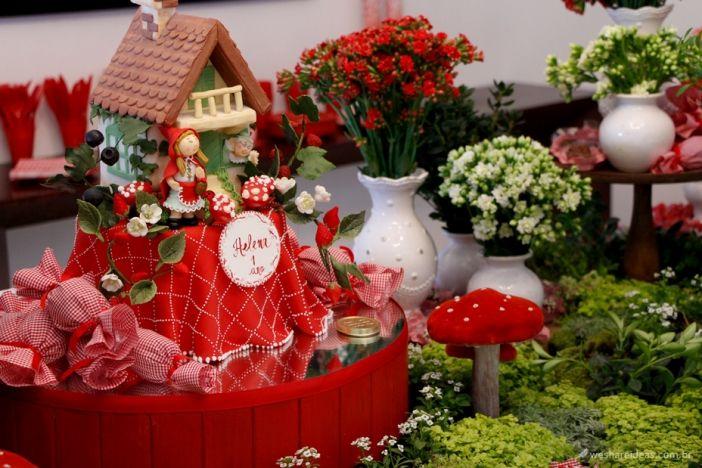 festa chapeuzinho vermelho com bolo de pasta americana em forma de casa da vovó.
