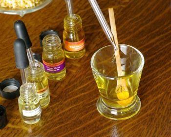 домашний парфюм    50 мл этилового спирта;     2 палочки корицы;     1 ст.л. звездочек гвоздики;     3 ст.л. апельсиновой цедры;     2 ст.л. рома;     4 лавровых листочка.  Смешайте все ингредиенты и поставьте в темное место. Ежедневно слегка перетряхивайте содержимое. Через неделю процедите и добавьте:      30 капель масла апельсина;     4 капли масла лаванды;     3 капли масла нероли.  После дайте вызреть аромату в темном месте в течение трех недель.