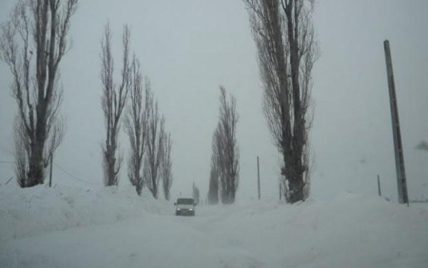 """Drumul Naţional 29 Botoşani – Săveni este închis.    Aproximativ 20 de maşini sunt blocate, la aceasta ora, pe drumul Botoşani Saveni. Mai exact, autoturismele sunt între Săveni şi Ungureni. Vântul bate cu peste 90 km/h, viscoleşte zăpada, stratul de nea ajungând la 30 de cm.    """"Am trimis în zonă utilaje şi încercăm să deblocăm traficul. Avem două utilaje blocate în zonă. Din cauza viscolului puternic, nu se vede la doi metri în faţă"""", a declarat Viorel Zacreţchi."""